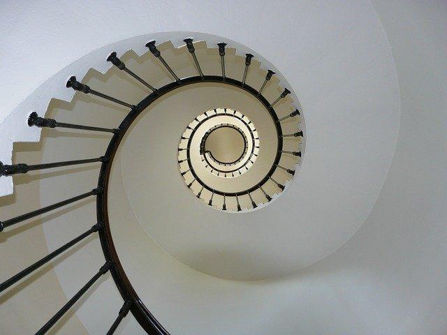 Popularne rodzaje schodów we wnętrzach